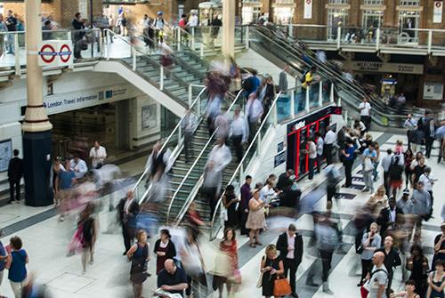 Mensen op roltrap | Pexels.com